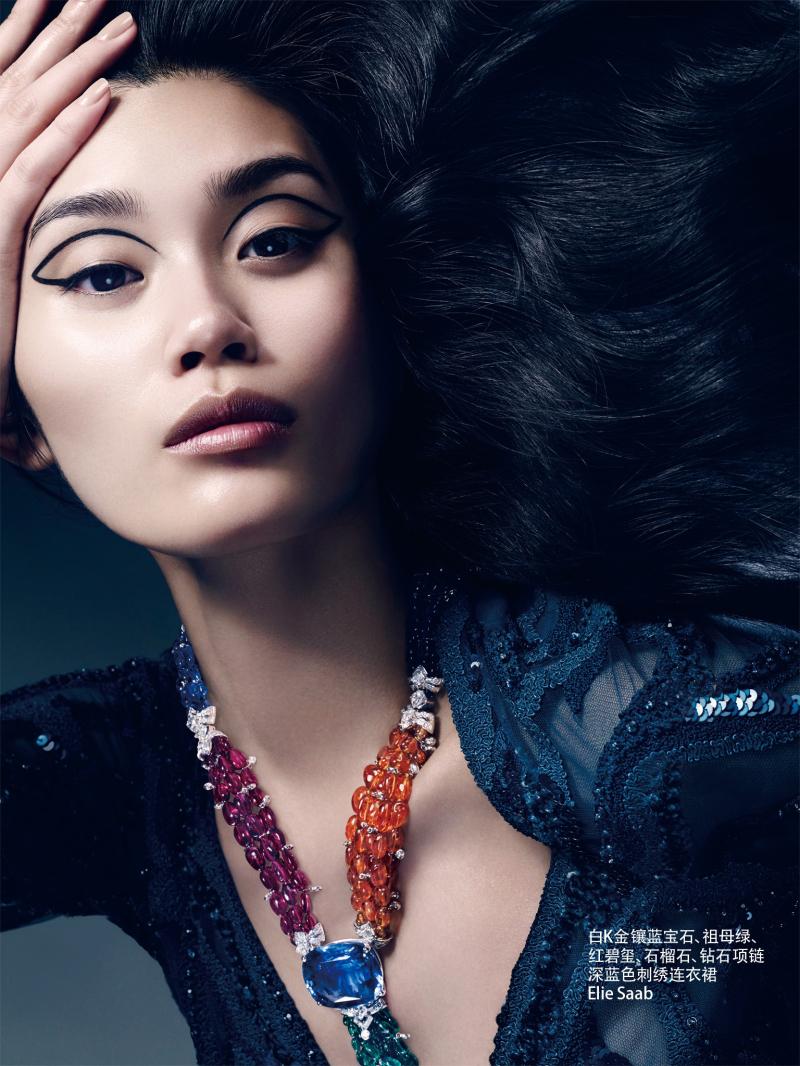 自信,坚强,美丽,现代女性绽放的无限光芒,与用瑰丽珠宝互相辉映,美不