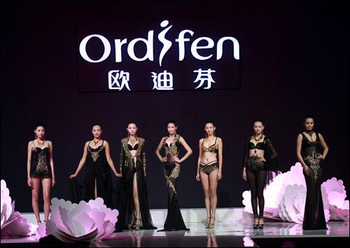 """在2012年,欧迪芬杯2012中国内衣设计大赛的主题为""""绿动曲线"""",作为一个图片"""